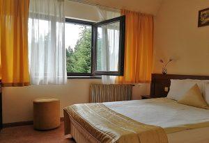 Единична стая в хотел Ела с отворен прозорец